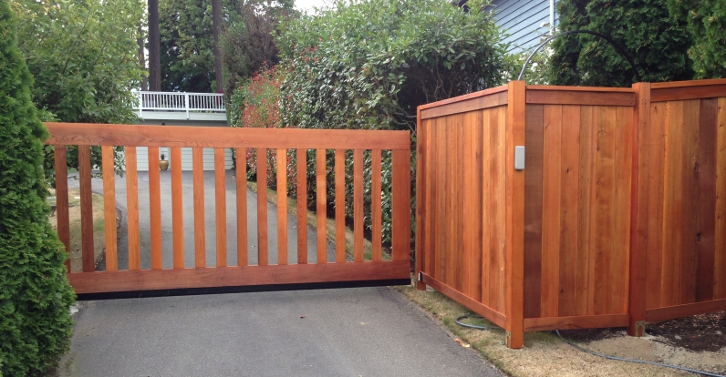 Clear and knotty Western Red Cedar Fencing